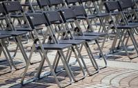 公園広場の沢山の椅子