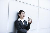 コーヒーブレイク中のビジネスウーマン