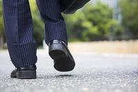 歩くビジネスマンの足元