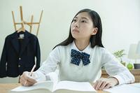 勉強をする女子学生