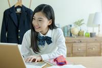 パソコンをする女子学生