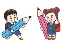 大きな鉛筆を持った小学生の男女