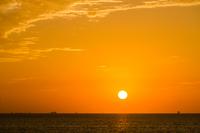 海に昇った朝日と朝焼けに染まる空
