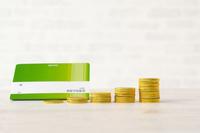 資産の増加イメージ―模造品の通帳とコイン