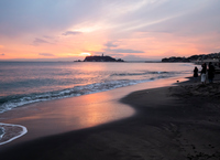 夕暮れ時の稲村ヶ崎から江ノ島を望む