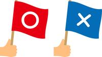 丸ばつの旗を持つ手