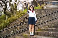 卒業する女子高生