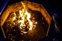 赤く燃えるキャンプファイヤーのイメージ