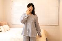 パジャマ姿の若い主婦