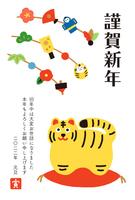 寅年の年賀状 お正月飾りのついた枝と虎の置