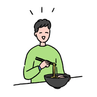 嬉しそうにラーメンを食べる若い男性