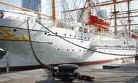 港に停泊する帆船