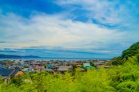鎌倉の町並みと青空