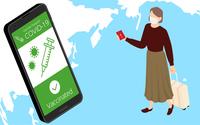 ワクチンパスポートを使って海外旅行する女性