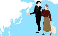 海外旅行でスーツケースを引いて歩く男性と女