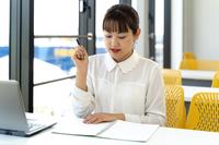 事務作業に追われる女性