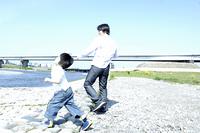 川原で遊ぶ親子