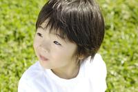 芝生の上の子供