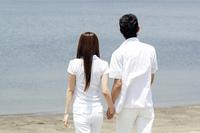 海辺を歩くカップル
