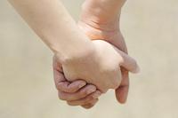 手をつなぐカップルの手