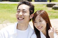 笑顔で寄り添うカップル