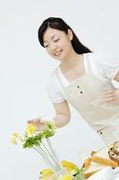花の飾り付けをする女性