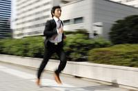 走るビジネスマン