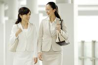 同僚と歩くビジネスレディ