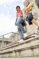 大学の階段を下りる大学生カップル