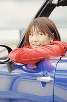 オープンカーの車内から外を眺める女性
