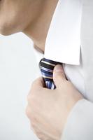 ネクタイを直すビジネスマンの手元