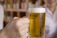 ビールを持つ男性の手