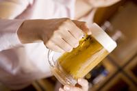 ビールを持つ女性の手