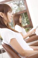 ヘアサロンでカット台に座った女性