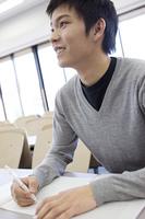 授業を受ける大学生