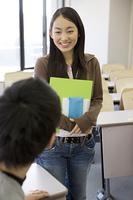 教室で話し合う学生