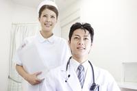 患者と会話する医者と看護師