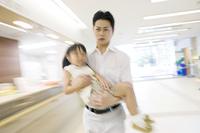 娘を抱えて病院に連れてきた父親