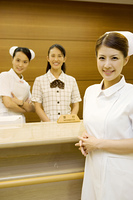 病院の受付女性と看護師