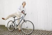 自転車にまたがるシニア男性