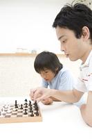 チェスをする父親と男の子