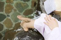 露天風呂に足を浸かる女性の足元