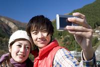 記念写真を撮るカップル