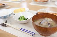 テーブルに置かれた食事