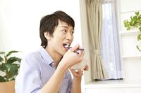 朝食時にご飯を食べる男性
