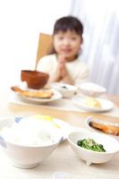 朝食時に「頂きます。」と言う女の子