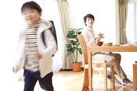 学校へ登校する男の子