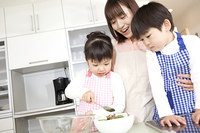 料理を手伝う子供達