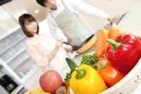 キッチンで調理するカップルイメージ