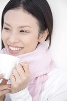 コーヒーカップを手にした女性